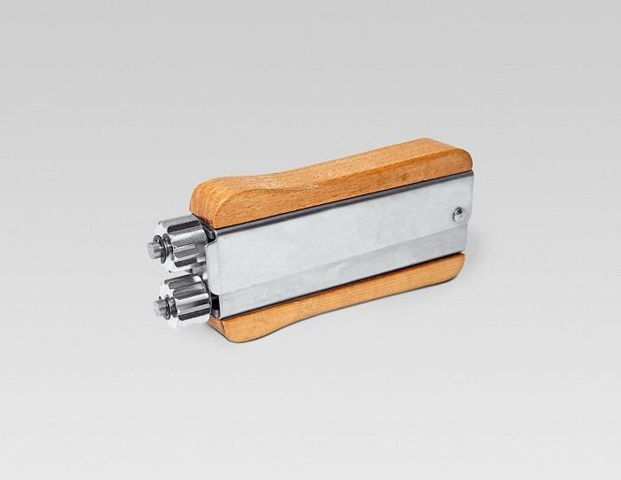 Draht-Zickzack-Roller mit Holzgriff